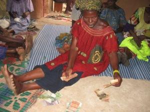 La prÇsidente du comitÇ de gestion de banque de coton Mme Oumou Bamia verifit le compte de remboursement de frais coton.