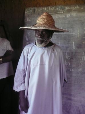 Mr AbdouÇ Pamateck representant du chef du village de Sal-Dimi Ö la cÇrÇmonie remerci la F. Tandana pour cette belle initiative de nous alphabetiser dans notre propre langue.
