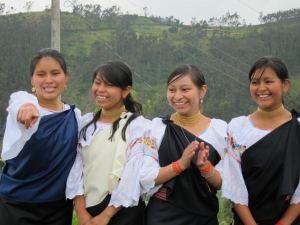 Sara (extrême droite) avec ses sœurs.
