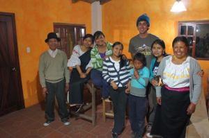 Sara (dans le chandail vert) avec sa famille et un volontaire Tandana ils ont accueilli.