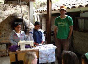 Margarita et sa sœur expliquent leurs broderies aux bénévoles.