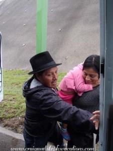 Antonio ouvre la porte de la camionnette pour Aida et Shina