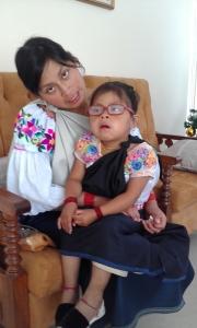 Shina avec sa mère après l'opération.