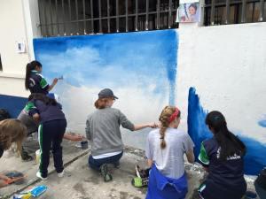trabajando en el mural