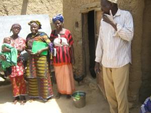Kadidia Yanogué au milieu des femmes et le formateur Sekou Tembiné à droite