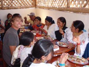Mateo y amigos locales disfrutan de una comida