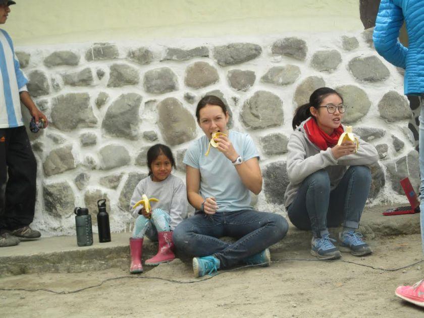 Kaitlyn et Maya avec un autre bénévole de Tandana
