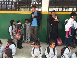 Matthieu avec des écoliers dans une communauté locale