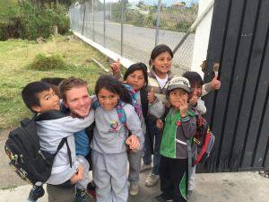 Mateo con los niños de la escuela en una comunidad local