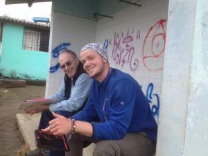 Matthew (à droite) avec un bénévole pour des vacances bénévoles en soins de santé