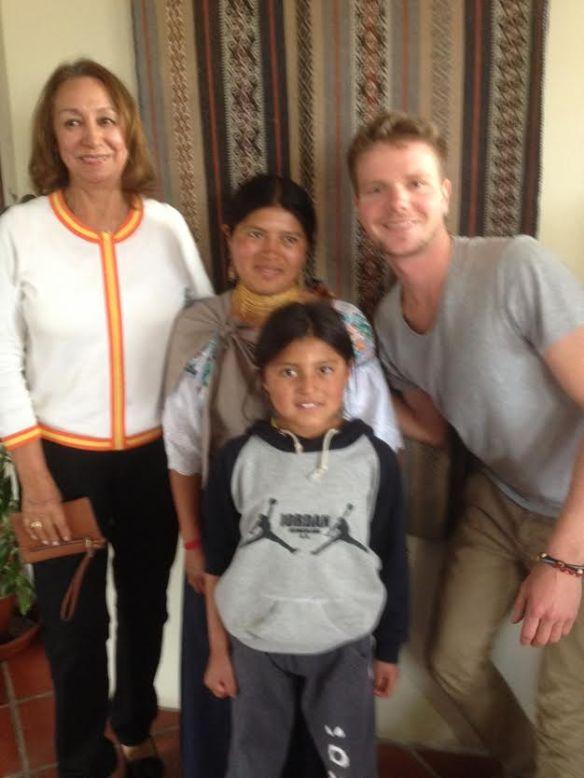 Virginia (izquierda) con Mickael, María, y un miembro del personal de Tandana