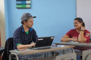 Veronica (à droite) travaillant pendant des vacances bénévoles en soins de santé