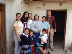 Veronica (en gris) con su familia y Anna (en Brown)