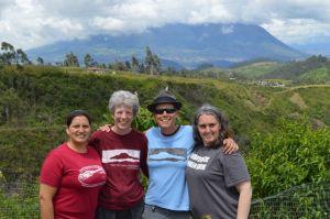Veronica (en rouge) avec des membres de la famille Tandana