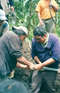 Vicente (right) working on the water pipe in Agualongo